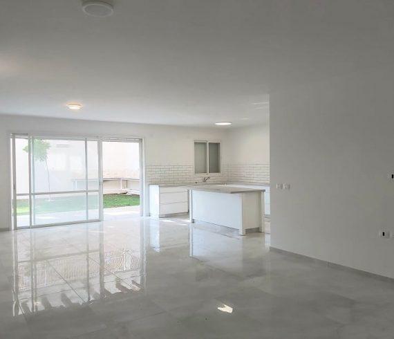 להשכרה דירת גן חדשה בבניין בוטיק במרכז המושבה בפרדס חנה 2